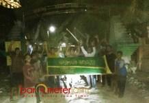 KERANDA MAYAT: Warga di lingkungan Gilang, Kelurahan Babat, Lamongan, menutup akses jalan dengan keranda mayat dan menanami pohon pisang, Minggu (12/8). | Foto: Barometerjatim.com/HAMIM ANWAR