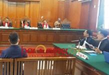 LELAH BERKASUS: Henry J Gunawan menjalani sidang kasus Pasar Turi di Pengadilan Negeri (PN) Surabaya, Kamis (27/9). | Foto: Barometerjatim.com/NANTHA LINTANG