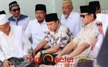 WIS WAYAHE PRESIDEN: Gus Hasib (kanan) mendoakan Prabowo Subianto agar menjadi presiden, di sela silaturahim ke Ponpes Tambakberas Jombang, Kamis (6/9). | Foto: Barometerjatim.com/NATHA LINTANG