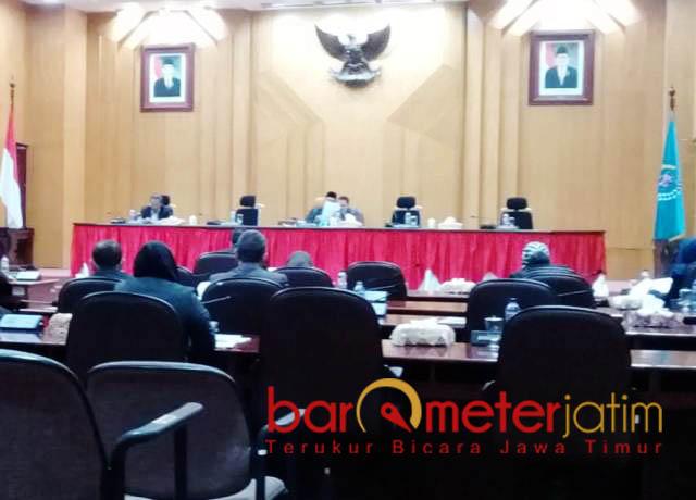 PARIPURNA TANPA RISMA: Paripurna membahas Perubahan Anggaran Keuangan (PAK) Kota Surabaya tak dihadiri Risma, Selasa (25/9). | Foto: Barometerjatim.com/NANTHA LINTANG