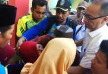 KUNJUNGI KORBAN GEMPA: Mensos Agus Gumiwang Kartasasmita mengunjungi korban gempa di Pulau Sapudi, Kabupaten Sumenep, Madura, Kamis (11/10). | Foto: Humas Kemensos