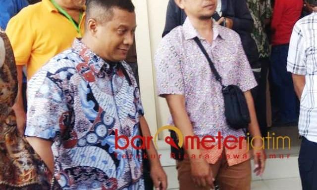 MAKIN TERSUDUT: Mustofa Kamal Pasa, (kiri) disudutkan mantan anak buah dalam persidangan soal perkara dugaan korupsi proyek tower.   Foto: Barometerjatim.com/NATHA LINTANG