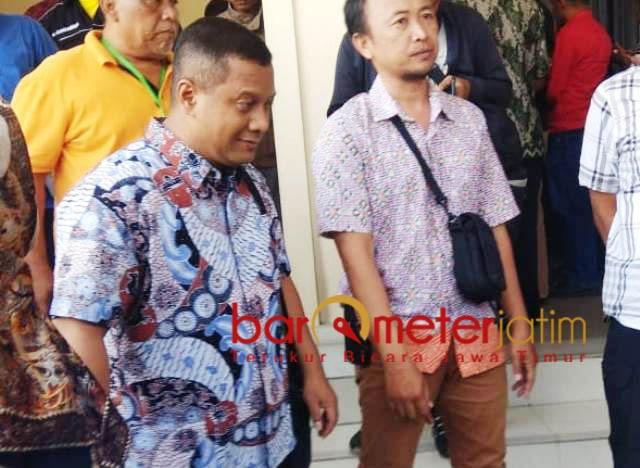 MAKIN TERSUDUT: Mustofa Kamal Pasa, (kiri) disudutkan mantan anak buah dalam persidangan soal perkara dugaan korupsi proyek tower. | Foto: Barometerjatim.com/NATHA LINTANG