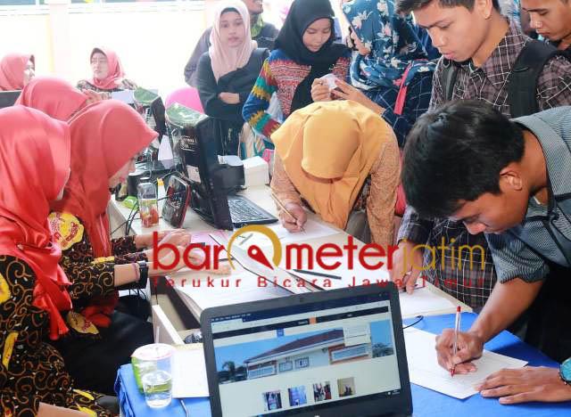 CARI KERJA: Para pencari pekerjaan Fadeli lewat Job Fair Tahap II di Halaman BLK Kabupaten Lamongan, Selasa, (23/10). | Foto: Barometerjatim.com/HAMIM ANWAR