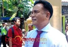 MINTA AMIEN BIJAK: Yusril Ihza Mahendra saat di PN Surabaya. Celoteh Amien Rais minta Kapolri dicopot tidak usah didengar.   Foto: Barometerjatim.com/ABDILLAH HR