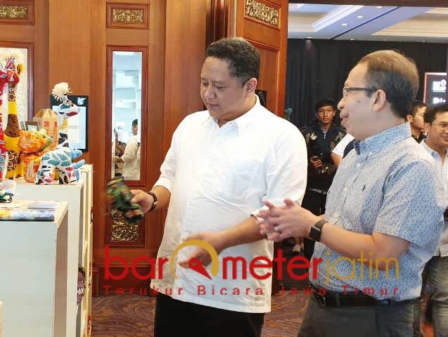 PRODUK EKONOMI KREATIF: Whisnu Sakti Buana (kiri) melihat produk yang dihasilkan pelaku ekonomi kreatif di Surabaya. | Foto: Barometerjatim.com/WIRA HARLIJADI