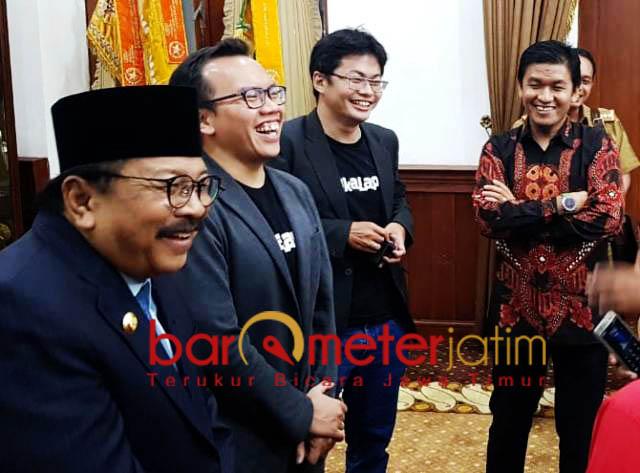 PASARKAN PRODUK UMKM: Pakde Karwo usai bertemu dengan CEO Bukalapak di Gedung Negara Grahadi, Surabaya, Senin (5/11) malam.   Foto: Barometerjatim.com/ABDILLAH HR