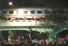 TIGA TEWAS: Sejumlah penonton drama Surabaya Membara berjatuhan saat kereta lewat. Tiga orang tewas dalam peristiwa ini. | Foto: Barometerjatim.com/NATHA LINTANG