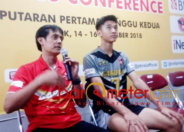 TETAP BANGGA: Pelatih Jakarta Garuda, Eko Waluyo (kiri) memberi keterangan kepada awak media usai pertandingan di GOR Tridharma Gresik, Sabtu (15/12).   Foto: Barometerjatim.com/ DANI IQBAAL