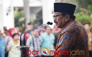 BERI ARAHAN: Pakde Karwo saat memberi arahan dalam apel pagi di hadapan ASN Pemprov Jatim di depan kantor gubernur Jatim, Surabaya, Selasa (4/12).   Foto: Barometerjatim.com/ABDILLAH HR
