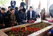 Surya Paloh bersimpuh di Makam Bung Karno, Jumat (8/2/2019). | Foto: Barometerjatim.com/natha lintang