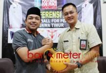 Gus Hans (kiri) dan Kadispora Jatim, Supratomo. Football for Peace! | Foto: Barometerjatim.com/roy hs