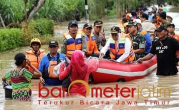 Khofifah turun ke lokasi banjir di wilayah Kabupaten Madiun. | Foto: Barometerjatim.com/abdillah hr