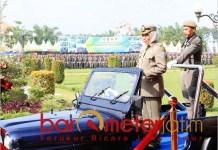 Khofifah mengecek kesiapan pasukan saat HUT ke-69 Satpol PP di Madiun. | Foto: Barometerjatim.com/abdillah hr