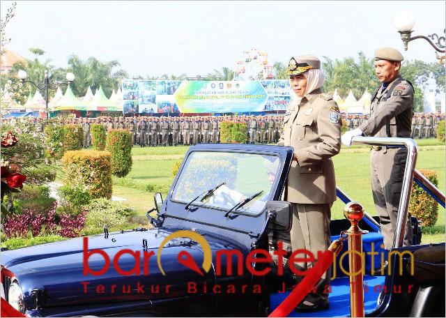 Khofifah mengecek kesiapan pasukan saat HUT ke-69 Satpol PP di Madiun.   Foto: Barometerjatim.com/abdillah hr