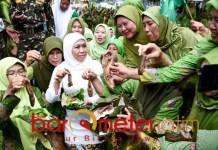 Khofifah bersama warga Muslimat NU kediri, rekor makan lele terbanyak. | Foto: Barometerjatim.com/marjan ap