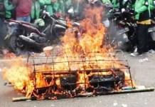Driver Ojol di Surabaya membakar keranda di depan kantor aplikasi. | Foto: Ist