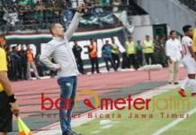 Dejan Antonic, tak lelah memotivasi pemainnya saat lawan Persebaya di GBT. | Foto: Barometerjatim.com/dani iqbaal