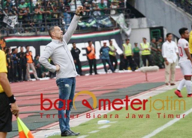 Dejan Antonic, tak lelah memotivasi pemainnya saat lawan Persebaya di GBT.   Foto: Barometerjatim.com/dani iqbaal