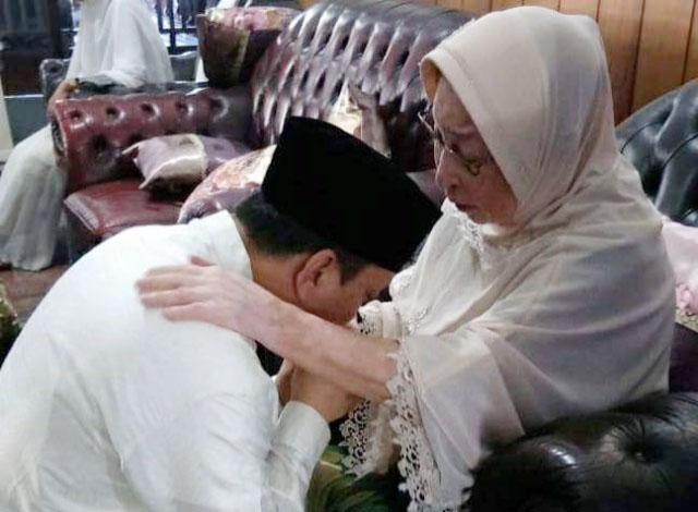 Hari ini coblosan Pemilu 2019, Caleg PKB Fandi Utomo minta doa restu ibunya. | Foto: Ist