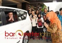 Pamit! Tjahjo Kumolo usai mengisi kualiah umum di UWK Surabaya. | Foto: Barometerjatim.com/natha lintang