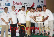 Emil menyerahkan hadiah untuk juara dalam gelaran Football for Peace. | Foto: Barometerjatim.com/roy hs
