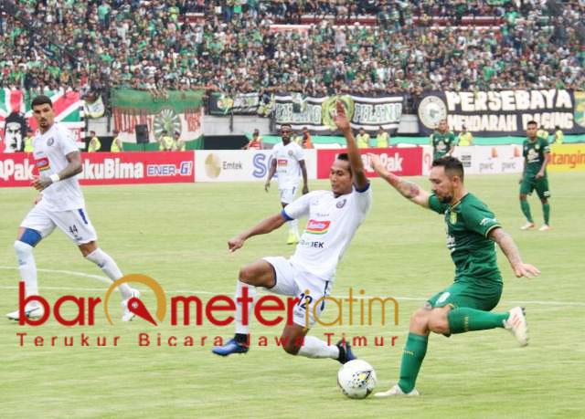 Damian Lizio berusaha lewati pemain Arema, Hendro Siswanto. | Foto: Barometerjatim.com/dani iqbaal
