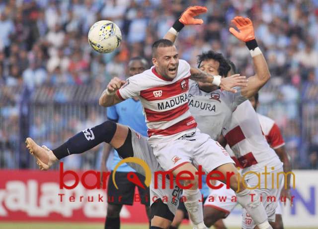 Alexander Rakic dan Ridho halau bola tendangan pemain Persela.   Foto: Barometerjatim.com/dani iqbaal