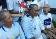Relawan Jokowi-Ma'ruf menyambut kemenangan versi quick count dengan cukur gundul. | Foto: Ist