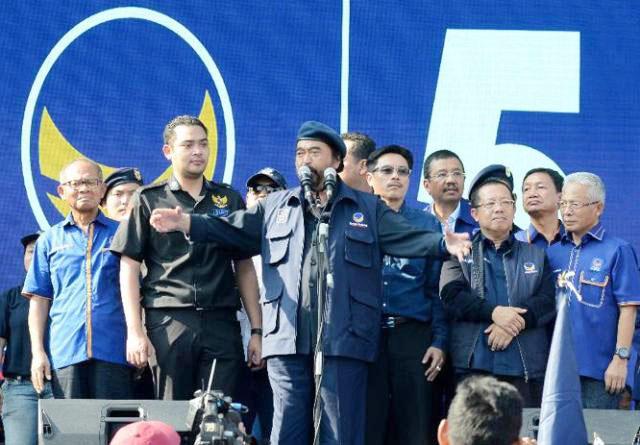 Surya Paloh didampingi Prananda (kiri), kampanye di Lapangan Gaja Mada Medan, Kamis (4/4/2019). | Foto: Ist
