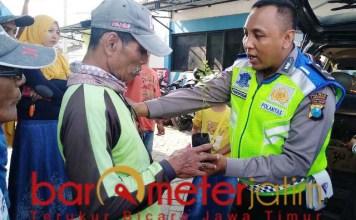 Aipda Purnomo, jualan Pohon Bidara untuk bantu pengobatan warga.   Foto: Barometerjatim.com/hamim anwar