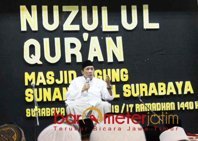 Gus Qoyyum memberi ceramah peringatan Nuzulul Qur'an di Masjid Ampel.   Foto: Barometerjatim.com/roy hs