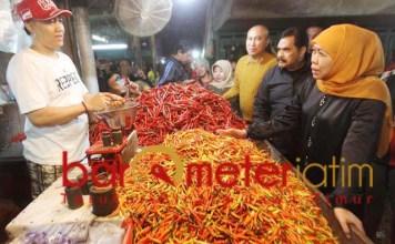 Khofifah di Pasar Keputra. Dicurhati harga cabai rawit yang anjlok. | Foto: Barometerjatim.com/abdillah hr