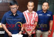 Hairil Anwar (tengah) ditangkap Polda Jatim karena ancam bunuh Jokowi. | Foto: Barometerjatim.com/natha lintang