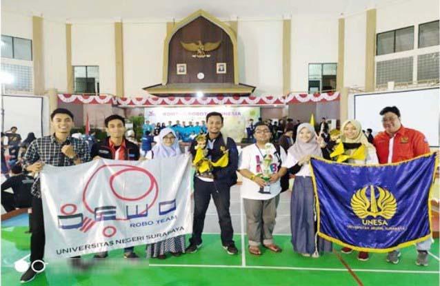 Tim Azzahraly Unesa meraih peringkat dua Kontes Robot Indonesia (KRI) kategori Robot Seni Tari di NTB.   Foto: Ist