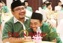 JIWA BESAR: Gus Yaqut, merangkul Ketua PC Ansor Lamongan, Masyhur yang ikut melakukan tuntutan. | Foto: Barometerjatim.com/ROY HS