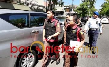 KASUS LAMA: Tim Kejati Jatim menuju kantor YKP untuk melakukan penggeledahan. | Foto: Barometerjatim.com/ABDILLAH HR