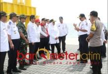 TUNGGU IZIN: Khofifah meninjau Pelabuhan Jangka di Stubondo. Pemprov perlebar akses jalan. | Foto: Barometerjatim.com/MARJAN