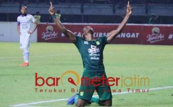 SELEBRASI: Pemain Persebaya, Amido Balde cetak hattrick ke gawang Persib Bandung. | Foto: Barometerjatim.com/DANI IQBAAL
