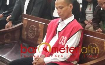 TERDAKWA: Hibert Henry jelani sidang perdana perkara kepemilikan ganja. | Foto: Barometerjatim.com/ABDILLAH HR