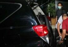 GENCAR SASAR JATIM: Petugas KPK usai menggeledah rumah karsali, mantan ajudan Pakde Karwo, Jumat (9/8/2019). | Foto: IST