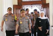 MINTA MAAF SOAL MANOKWARI: Gubernur Khofifah menemani kunjungan Kapolri Tito Karnavian. | Foto: Barometerjatim.com/ROY HS