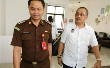 DIPERIKSA KEJARI: Mantan Ketua DPRD Surabaya, Armuji diperiksa Kejari dalam kasus korupsi Jasmas.   Foto: IST