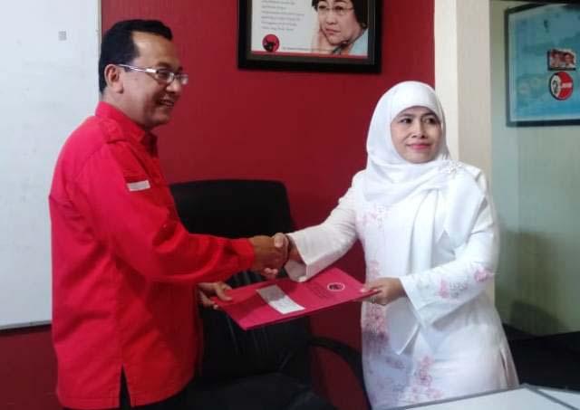 PILWALI SURABAYA: Wakil Sekretaris PW Muslimat NU Jatim, Dwi Astuti mengambil formulir penjaringan di DPD PDIP Jatim. | Foto: IST