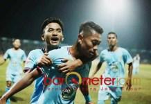MENANG MANTAP: Pemain Persela melakukan selebrasi usai mencetak gol ke gawang Arema. | Foto: Barometerjatim.com/ DANI IQBAAL