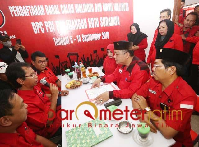 MENDAFTAR: Whisnu Sakti Buana mendaftar penjaringan Bacawali yang digelar PDIP. | Foto: Barometerjatim.com/WIRA HARLIJADI
