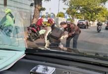 AKSI MULI WALI KOTA: Whisnu Sakti Buana menolong pengendara motor yang jatuh. | Foto: IST
