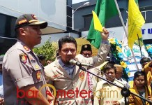 KARTU KUNING: Angkatan Muda Muhammadiyah berikan kartu kuning untuk Polri. | Foto: Barometerjatim.com/HAMIM ANWAR