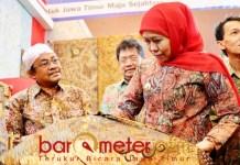 JATIM FAIR: Khofifah melihat produk batik di salah satu stand Jatim Fair 2019. | Foto: arometerjatim.com/BDILLAH HR