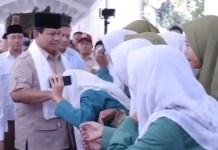 DIKAGUMI SANTRI: Prabowo Subianto saat mengunjungi salah satu pondok pesantren d Jatim. | Foto: IST